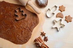 Stekheta ingredienser för julkakor Arkivfoton