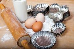 Stekheta ingredienser för kakor på trätabellen Royaltyfri Bild
