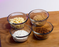 Stekheta ingredienser - kakao som pudras och farin, vit choklad Royaltyfri Fotografi