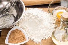 Stekheta ingredienser med kavlen Arkivfoton