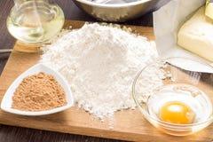 Stekheta ingredienser med kavlen Arkivfoto