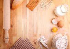 Stekheta ingredienser: mjöl mjölkar, ägg Arkivbild