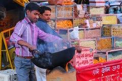 Stekheta jordnötter för lokal man på Johari Bazaar i Jaipur, Indien Arkivfoto