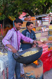 Stekheta jordnötter för lokal man på Johari Bazaar i Jaipur, Indien Royaltyfri Bild