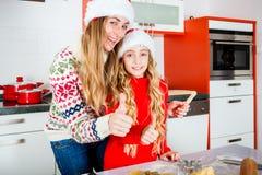 Stekheta julkakor för familj i kök Arkivfoto
