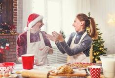 Stekheta julkakor för lyckligt gift par Fotografering för Bildbyråer