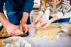 Stekheta julkakor för par i kök Arkivfoton