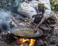 Stekheta kaffebönor i den ethiopian vägen Fotografering för Bildbyråer