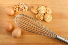 Stekheta kakaingredienser, nya ägg, blandade tokiga och manuella mummel fotografering för bildbyråer