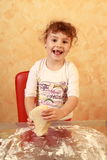Stekheta kakor för bagarebarn Royaltyfria Bilder