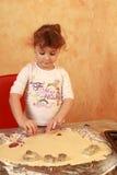Stekheta kakor för bagarebarn Arkivbild
