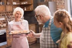 Stekheta kakor för familj arkivfoton