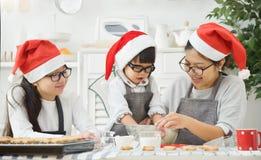 Stekheta kakor för familj i köket Arkivbilder