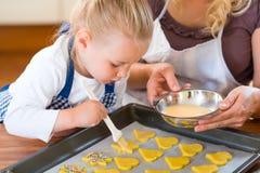 Stekheta kakor för moder och för dotter tillsammans Royaltyfri Fotografi