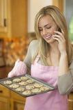 stekheta kakor phone den talande kvinnan arkivfoto