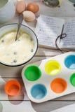 Stekheta läckra muffin med bärfrukter Arkivfoton