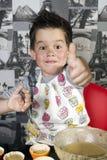 Stekheta muffin för lycklig pojke Royaltyfri Fotografi