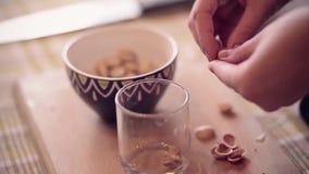 Stekheta muffin i kök arkivfilmer