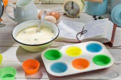 Stekheta nya muffin med blåbär Royaltyfria Bilder
