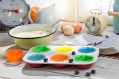 Stekheta nya muffin med blåbär Arkivbilder