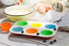 Stekheta nya muffin med blåbär Royaltyfria Foton