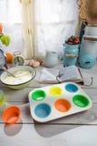 Stekheta smakliga muffin med bärfrukter Arkivbild