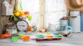 Stekheta smakliga muffin med bärfrukter Royaltyfria Bilder
