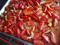 Stekheta tomater med löken och vitlök Arkivbilder
