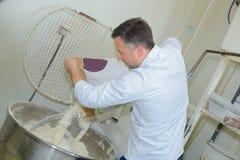 Stekhett bagettbröd för stolt bagare i kök royaltyfria bilder