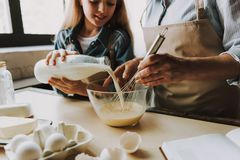 Stekhett kök för mormor och för sondotter hemma royaltyfria bilder