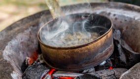 Stekhett kaffe på kol fotografering för bildbyråer