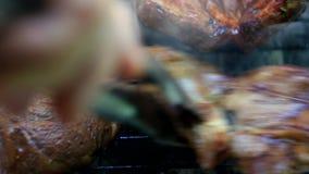 Stekhett nytt kött på grillfest arkivfilmer
