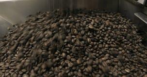 Stekhett virvla för kaffebönor som är blandat på att kyla enhetsplattformen i ett manufactoryseminarium lager videofilmer