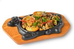 Stekkött och grönsaker på metallmaträtt Royaltyfria Foton