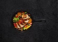 Steknötkött i en järnpanna med grönsaker, bästa sikt Royaltyfria Foton