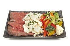 Steknötkött med potatissallad och grönsaker Royaltyfri Fotografi