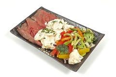 Steknötkött med potatissallad och grönsaker Fotografering för Bildbyråer