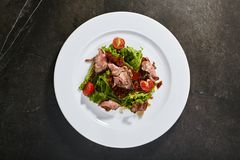 Steknötkött med sol-torkade tomater Arkivbild