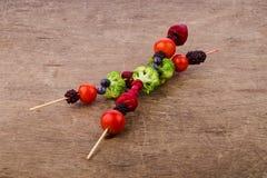 Steknålar av grönsaker och bär Royaltyfri Fotografi