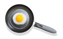 Stekpanna med det stekte ägget på vit Royaltyfri Fotografi