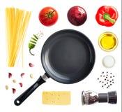 Stekpanna, spagetti och grönsaker royaltyfri foto