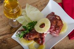 Stekskinka med ananors och vin Royaltyfri Foto