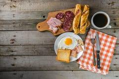Stekt ägg, bacon och kaffe Arkivbilder
