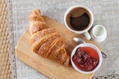 stekt ägg för kopp för frukostkaffebegrepp Kaffe mjölkar och gifflet på det bitande skrivbordet exponeringsglas upp sikt Royaltyfria Foton