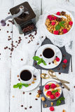 stekt ägg för kopp för frukostkaffebegrepp Yoghurt för bär för kaffemysligranola hemlagad royaltyfri foto