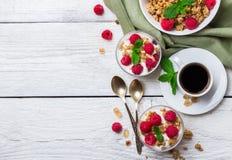 stekt ägg för kopp för frukostkaffebegrepp Yoghurt för bär för kaffemysligranola hemlagad royaltyfria foton