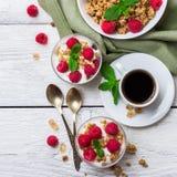 stekt ägg för kopp för frukostkaffebegrepp Yoghurt för bär för kaffemysligranola hemlagad arkivfoton