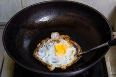 Stekt ägg i en panna royaltyfri fotografi