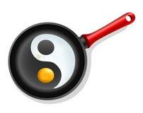 Stekt ägg i en stekpanna med symbolet ying-Yang Royaltyfri Foto