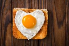Stekt ägg i form av en hjärta Royaltyfri Bild